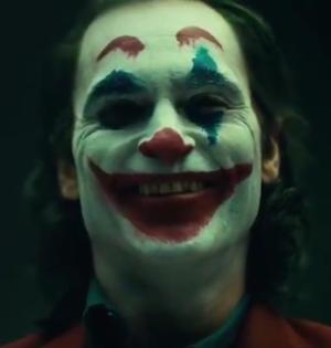 """Joaquin Phoenix w charakteryzacji klauna na potrzeby filmu """"Joker"""""""