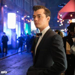 """Jack Bannon jako Alfred na pierwszym zdjęciu z serialu """"Pennyworth"""""""